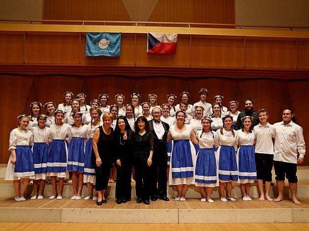 Holešovský sbor Moravské děti se na začátku listopadu vrátil ztýdenního turné po Japonsku. Nejedná se však ojejich první návštěvu Asie: už před sedmi lety se zúčastnili olympiády sborů vČíně, odkud dokonce přivezli zlatou a stříbrnou medaili.