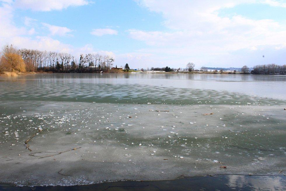 Vlivem klesajících teplot zamrzla už i vodní plocha Bagrák v Kroměříži.