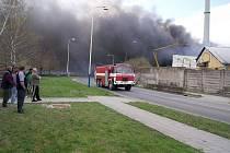 Požár podniku na zpracování plastů v Chropyni.