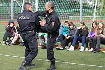 Strážníci Městské policie Kroměříž sedmákům ze Základní školy Slovan předvedli na tamním hřišti chvaty na zpacifikování zločinců.