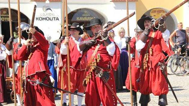 Rekonstrukci historické bitvy z roku 1643 předvedli v sobotu 11. července divákům nadšenci v Kroměříži. Oproti tehdejšímu výsledku ale tentokrát švédští nájezdníci nepořídili.
