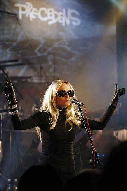 BÁRA BASIKOVÁ. Zpěvačka při koncertu skupiny Precedens v pražském Lucerna Music baru. Koncert se konal k 25. výročí založení kapely. Dnes večer zazpívá  fanouškům v Kroměříži.