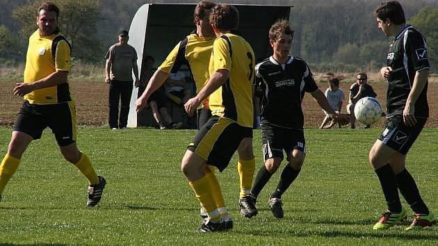 Fotbalisté Rusavy (v černých dresech) se nedávno dočkali nových tribun.