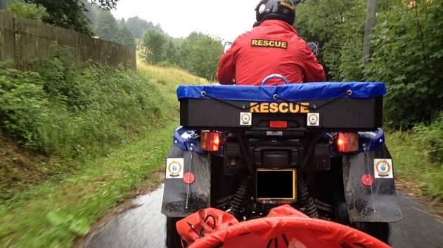 Záchranáři pomáhali dívce při pádu z koně