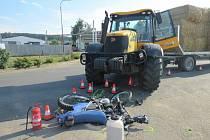 Traktorista motorkáře při odbočování přehlédl.