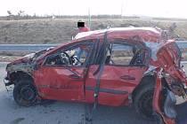 Jedna osoba nehodu nepřežila, další tři byly zraněny.