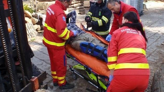 Muže přimáčkl kmen, vyprostit ho museli hasiči