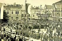 1928. Snímek z návštěvy Holešova prezidentem T. G. Masarykem při jeho letním pobytu na židlochovickém zámku: při této příležitosti byla uspořádána ceremonie před budovou tehdejší radnice, tam na hlavu státu čekalo několik set lidí.