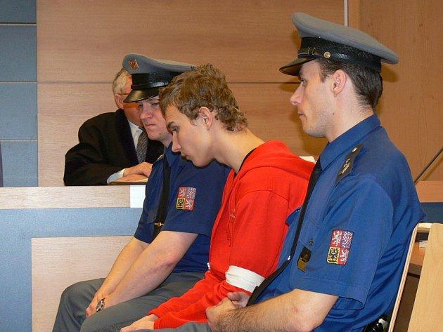 10. dubna si u zlínské pobočky Krajského soudu v Brně vyslechl rozsudek Pavel Hrajnoha, osmnáctiletý vrah z Kroměříže, který loni v prosinci usmrtil svou známou.