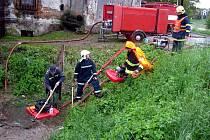 V Kroměříži museli hasiči po celý den přečerpávat vodu z Wolfova splávků do řeky Moravy.