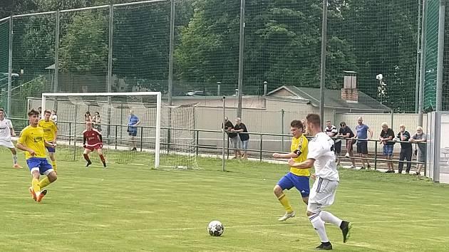 Fotbalisté Holešova (v bílých dresech). Ilustrační foto.