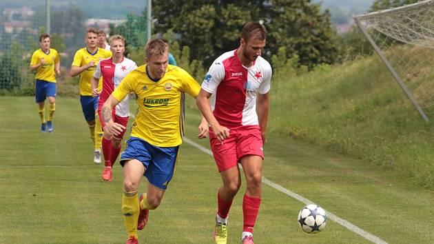 Fotbalisté Kroměříže (červenobílé dresy) na úvod přípravy přestříleli béčko Zlína 4:3.