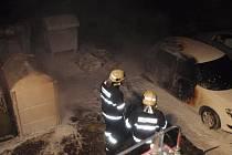 Požár kontejnerů poškodil zaparkované auto.