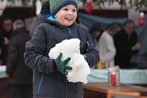 Na nádvoří kroměřížské radnice je sníh a kluziště: začaly totiž premiérově trhy na tamním nádvoří za Starým pivovarem. Děti si mohou přijít zabruslit a stavět sněhuláka až do následující soboty.