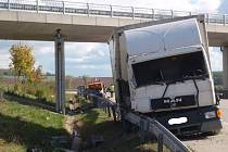 Dopravní nehodu skříňového nákladního auta a vozu údržby dálnic s připojeným přívěsem dopravního značení museli v úterý 14.října kolem poledne řešit hasiči na dálnici D1 na 255. kilometru nedaleko Bezměrova.