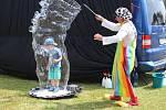 Pavel Roller při vystoupení s bublinami pro děti.