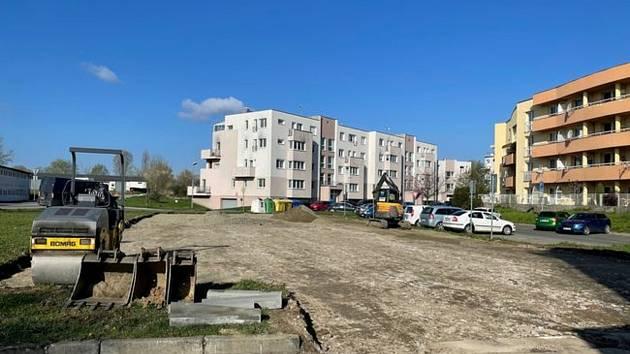 Nová odstavná plocha pro osobní automobily na Zacharu v Kroměříži.