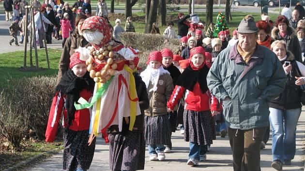Morenu, symbol zimy, včera hodily slavnostně kroměřížské děti do řeky Moravy.