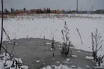 Na mnoha polích na Kroměřížsku se stále drží vodní laguny. Pole jsou tak neobdělaná. Viníkem je neustále vysoká spodní voda a znemožnění jejího odtoku do nejbližších vodních toků.
