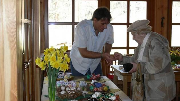 Kraslice si mohli návštěvníci vyrobit nebo zakoupit hotové.