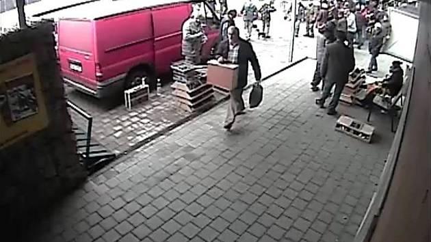 Kroměřížská policie hledá muže na snímku v souvislosti s případným objasněním trestného činu.