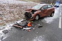DOSTALA SMYK. Přejela do protisměru a tam nabourala do protijedoucího vozidla.