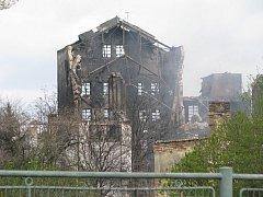 Chropyňská radnice pozvala laboratoř Morava, aby provedla rozbor půdy po požáru továrny Remiva.