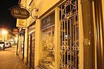 Muž si z kroměřížského zlatnictví odnesl lup za 200 tisíc korun, policie po něm pátrá