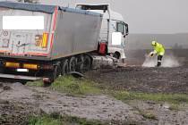 Při páteční nehodě u Vítonic, kdy sjel řidič s kamionem zcela mimo silnici, zaměstnal únik nafty několik hasičských jednotek.