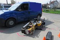 Nehodu, při níž utrpěl vážné zranění motorkář, museli v pátek 16. dubna řešit policisté v kroměřížské místní části Trávník.