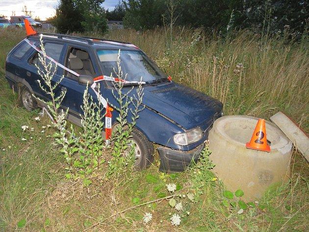 Neznámý zloděj se první červencový čtvrtek vloupal do auta odstaveného nedaleko dálnice D1 u Kroměříže: s vozem pak zřejmě po několika metrech naboural do betonové skruže.