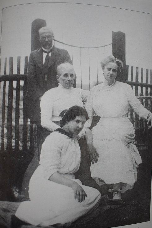 Masaryk s manželkou, švagrovou a dcerou Olgou za prázdninového pobytu ve Valašském Meziříčí v roce 1911.