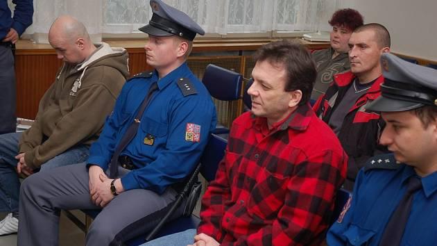 Okresní soud ve Vsetíně - pokus o krádež bankomantu z Kauflandu (duben 2007), zcela vlevo Michal Glonek, další v první řadě Petr Vajdík, ve druhé řadě Jiří Krystyník.