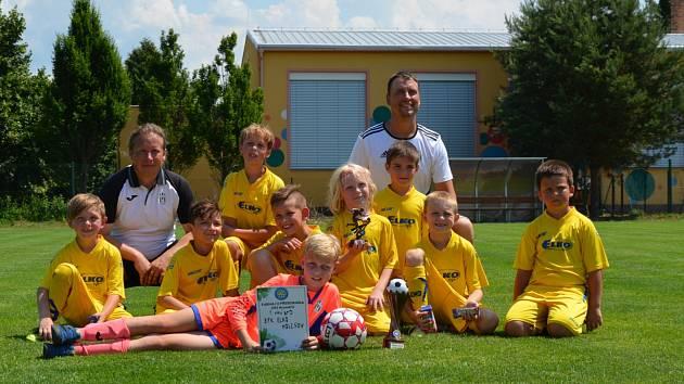 Mladší přípravka SFK Elko Holešov vybojovala vítězný pohár.