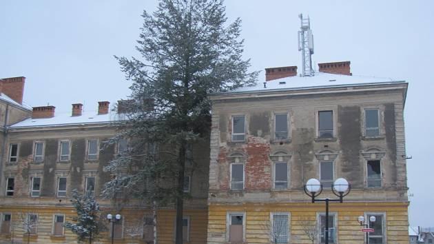 Budova bývalých kasáren na Hanáckém náměstí v Kroměříži musí jít k zemi dříve než se předpokládalo. To činí problémy operátorovi U:fon, který na budově má vysílač. Musí tak vybudovat nový.