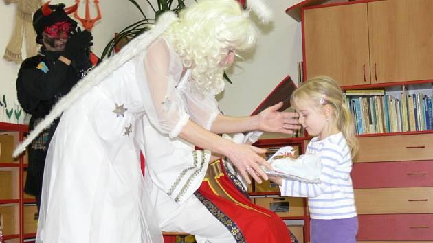 Děti z Mateřské školy ve Vážanech dostaly ve středu 4. prosince nadílku od Mikuláše. Do školky zavítal s andělem a čertem během dopoledne.