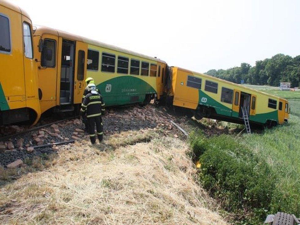 Snímky Hasičského záchranného sboru Zlínského kraje pořízené po srážce osobního vlaku a nákladního auta v holešovské místní části Dobrotice.
