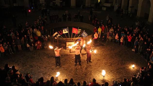 V Holešově zakončila v sobotu 31. října sezonu na tmaním zámku akce nazvaná Zámecká noc: lidé si na ní užili souboje rytířů, ohňovou show či dobový jarmark.