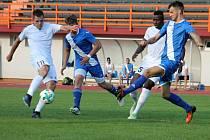 Fotbalisté Hulína (v modrém)