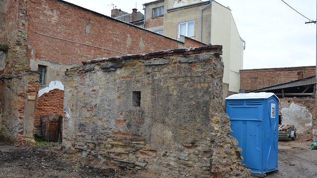 Další letošní zajímavý historický objev si připsali v minulých dnech v Holešově: k nálezu gotického sklepa se stropem z 15. století a odkrytí unikátních omítek z původní výstavby tamního zámku se tentokrát přidala zajímavost v souboru staveb, kterému se v