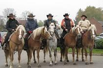 Dvanáctý ročník Hubertovy jízdy v Prusinovicích uvítali nejen westernoví jezdci, ale i všichni příznivci koní a honu.