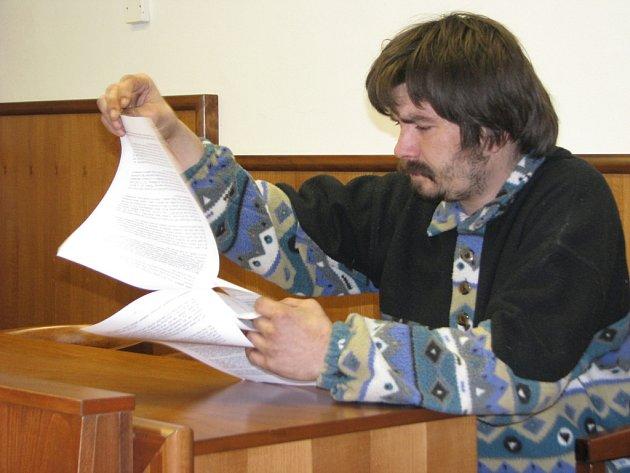 U kroměřížského okresního soudu ve čtvrtek 15. ledna stanul obžalovaný Petr Bím, jenž se dopustil falšování lékařských receptů minimálně v třiasedmdesáti případech. Soud byl však pro jeho nemoc odročen.