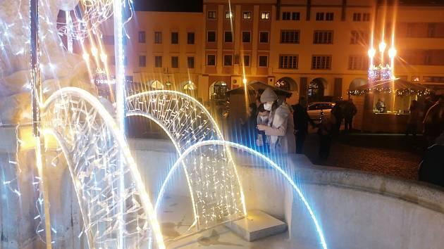 Vánoční trhy v Kroměříži. Letos je jejich součástí i světelná výzdoba.