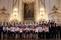 Pěvecký sbor Arcibiskupského gymnázia AVE v úterý rozezní hned dvakrát svým zpěvem kroměřížský chrám svatého Mořice a to k příležitosti oslav výročí 160 let od založení Arcibiskupského gymnázia.