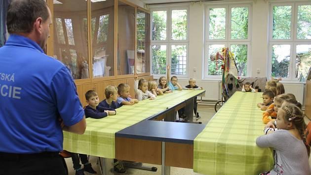 Skupinka prvňáčků ze Základní školy Slovan se v úterý 14. října sešla na první hodinu kroužku Mladého strážníka ve volnočasovém centru Šipka v Kroměříži.