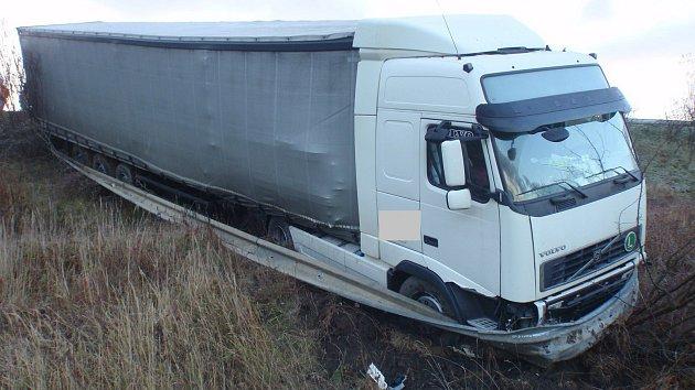 Namrzlá vozovka byla příčinou nehody, kvůli které museli policisté a hasiči v pondělí 20. listopadu ráno mezi Břestem a Řikovicemi oboustranně uzavřít hlavní silniční tah mezi Otrokovicemi a Přerovem.