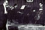 KONZERVATOŘ P. J. VEJVANOVSKÉHO KROMĚŘÍŽ, TRIO. Snímek zachycuje klavírní trio profesorů konzervatoře v Kroměříži – Jiří Švajda (housle), Vladimír Bílek (klavír) a František Rybář (violoncello).