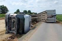 U obce Břest se převrátil kamion.