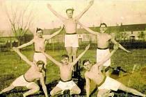 PRAVČICE, MUŽI ZE SOKOLA. Tělovýchovná jednota Sokol byla v obci založena v roce 1920. Dodnes se zde jeho prostřednictvím lidé ve velké míře věnují sportu.