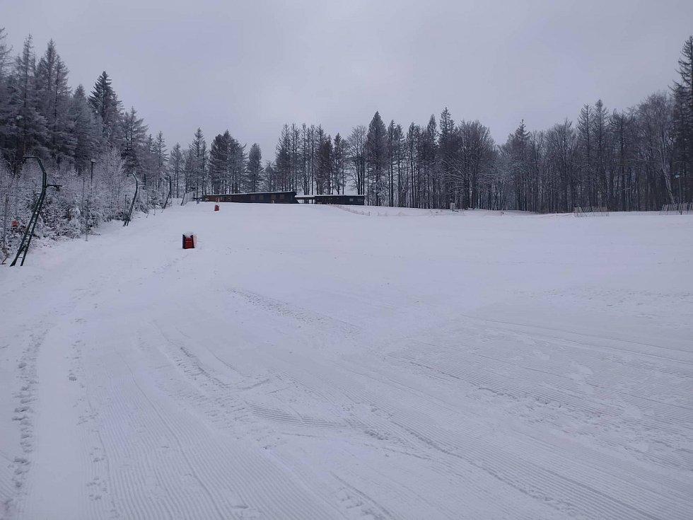 NAPADL PŘÍRODNÍ SNÍH. Ski areál Tesák se může pochlubit sněhem už i mimo sjezdovku. Přes noc v úterý na středu v oblasti napadl nový prašan, který zakryl dosud holé kopce. Návštěvníci tak mohou zakusit pravé zimní kouzlo.